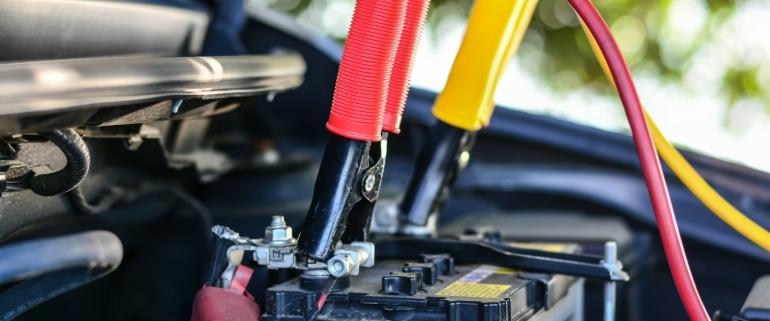 Do que é feita a bateria do carro?